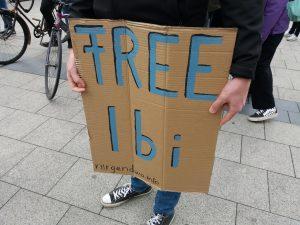 """Pappschild mit """"Free Ibi"""""""